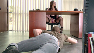 Kendra Lust uses vibrator on her clit and lets Xander tongue her cunt
