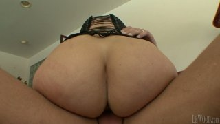 Bubble booty of brunette cougar Melissa Monet jiggles like a jelly